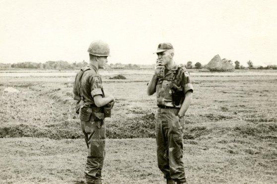 Tác giả cùng với Đại tá Col. James B. Bartholomees sau một trận đánh ở nam Đà Nẵng, 1966.