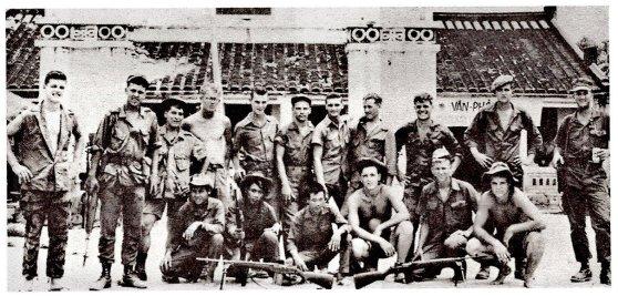 Thành viên của một trung đội hỗn hợp TQLC và Địa Phương Quân, Nam Việt Nam, 1967