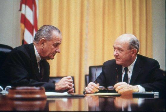 Tổng thống Johnson họp với Dean Rusk trong Nhà Trắng năm 1967