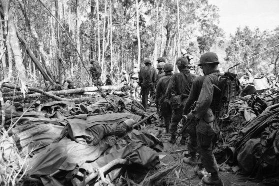 Lính Dù của Lữ đoàn 173 đi ngang qua xác chết của đồng đội bị giết chết trong trận Đắk Tô.