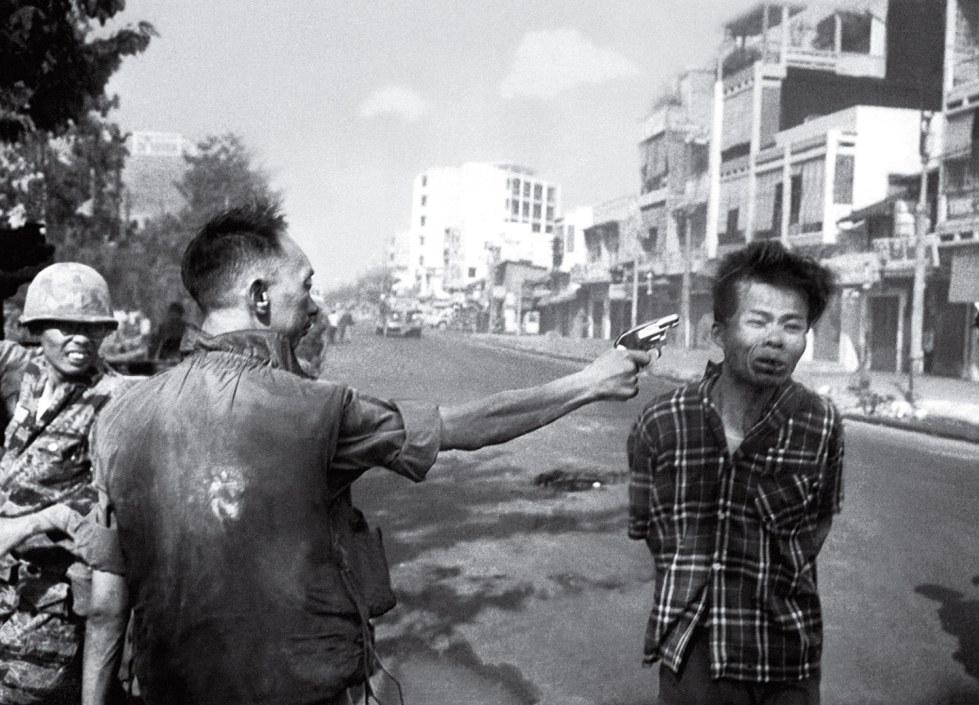 Tướng Nguyễn Ngọc Loan bắn chết một tù binh Cộng sản