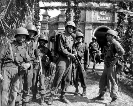 Lính TQLC của Đại đội E, Tiểu đoàn 2 với quân nhân của QLVNCH trong một lúc tạm nghỉ tuần tra gần Đà Nẵng năm 1965.