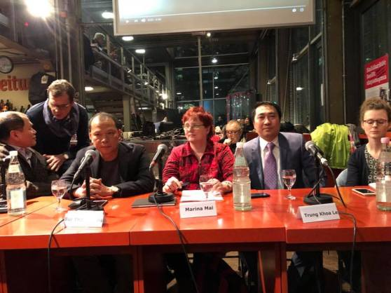 TBT Lê Trung Khoa và Blogger NBG tại hội thảo về tự do báo chí VN ở Berlin 2018. Nữ phóng viên Marina Mai (giữa) của báo TAZ, người theo sát vụ TXT.