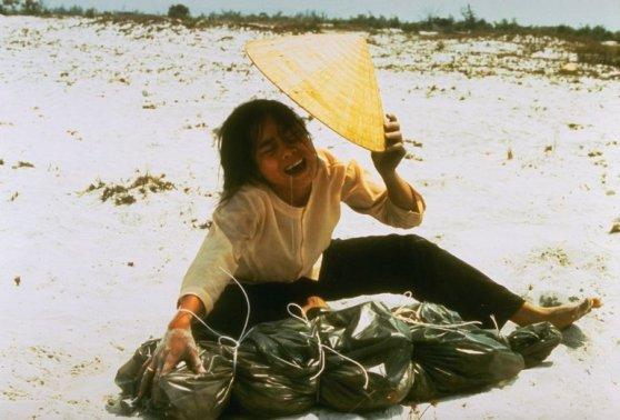 Một góa phụ đang gào khóc cạnh chiếc túi nhựa chứa xác của chồng bà, người bị giết chết trong tháng 2 năm 1968, được tìm thấy trong một mồ chôn tập thề ở gần Huế. Hình: Credit Larry Burrows/The LIFE Picture Collection
