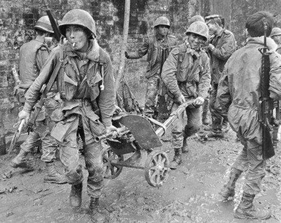 Lính BĐQ Nam Việt với một khẩu súng máy tịch thu được từ người Bắc Việt trong trận đánh  giành lại Hoàng Thành ở Huế.