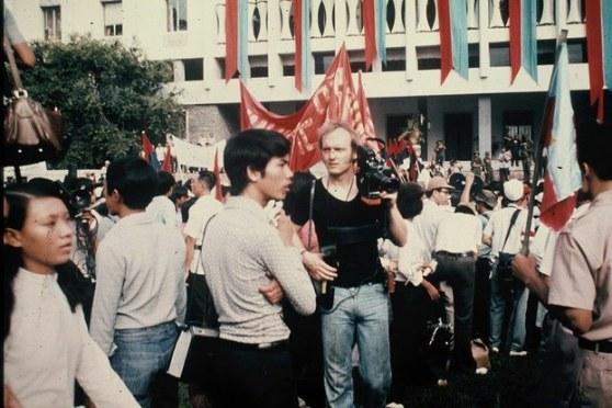 Phóng viên Stephan Koester trong ngày lễ chiến thắng tại Sài Gòn tháng 05/1975.