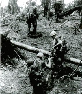 Lính nhảy dù trong Chiến dịch Silver City, tháng 3 năm 1966 dọc theo Sông Bé gần Chiến khu D