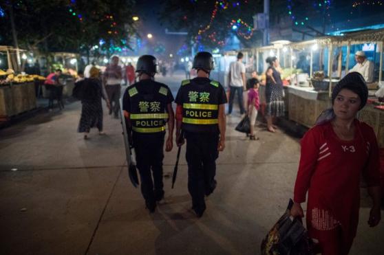 Cảnh sát đi tuần chung quanh đền thờ Hồi giáo Id-Kah tại Kashgar