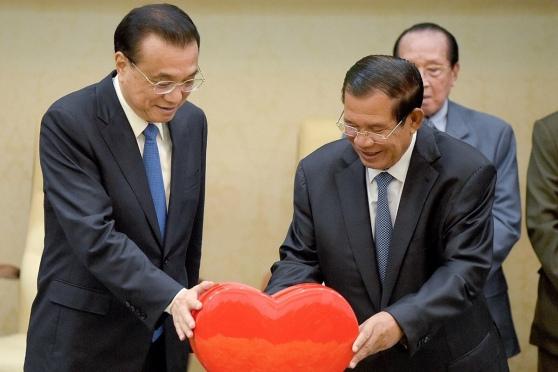 Hun Sen và Lý Khắc Cường trong dịp kỷ niệm 60 năm quan hệ (ngày 11-1-2018, tại Phnom Penh) (AFP)