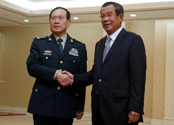 Bộ trưởng quốc phòng Trung Quốc Ngụy Phượng Hòa và Hun Sen - Phnom Penh, 18-6-2018 (Reuters)