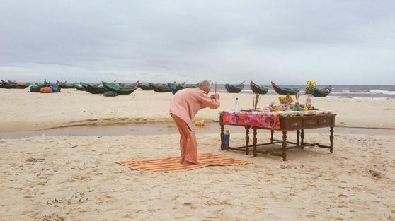 Đây là ông Hoàng Dỏ (87 tuổi) sống ở thôn Tân Định, xã Hải Ninh, huyện Quảng Ninh (Quảng Bình). Cứ hàng năm đến ngày 14.3 ông lại làm đám giỗ chung cho tất cả 64 liệt sĩ Gạc Ma, trong đó có con trai mình - anh Hoàng Văn Túy.