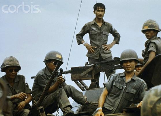 Binh sĩ Chính phủ thuộc một đơn vị thiết giáp trên QL20, cách SG khoảng 60 dặm về phía đông bắc đang chờ tăng phái cho mặt trận Xuân Lộc. 04 tháng 2 năm 1975