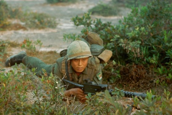 Người lính Hàn Quốc trong một cuộc tấn công gần Bồng Sơn, Việt Nam