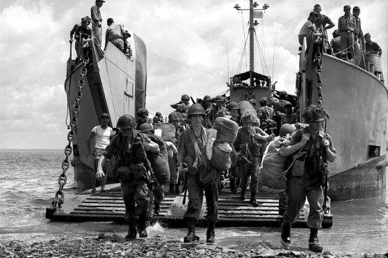 Quân lính thuộc Tiểu đoàn 1, Trung đoàn Hoàng gia Úc, bước xuống bãi biển Vũng Tàu tháng 6 năm 1965.