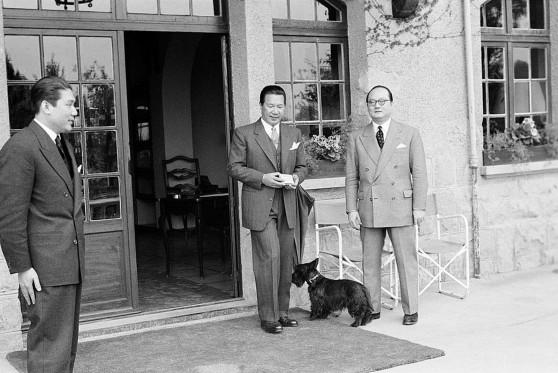 Paris 1954 - Quốc trưởng Bảo Đại và Hoàng thân Bửu Lộc, làm Thủ tướng QG Việt Nam trong 6 tháng từ 11-1-1954 đến 16-6-1954). Bên trái hình là luật sư Vương Văn Bắc, người sau này có thời gian làm Tổng trưởng Ngoại giao VNCH thay ngoại trưởng Trần Văn Lắm.