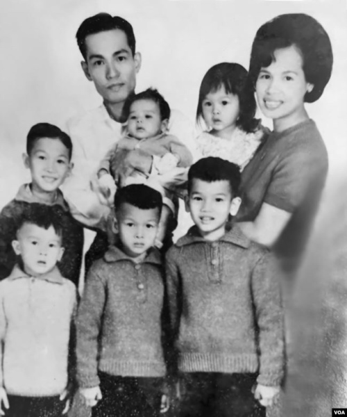 Gia đình cố Đại tá Nguyễn Tuấn (tất cả đều bị sát hại, trừ ông Nguyễn Từ Huấn-đứng giữa; ảnh chụp năm 1967)