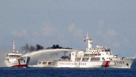 Một chiếc tàu hải cảnh Trung Quốc (P) sử dụng vòi rồng tấn công tầu hải cảnh Việt Nam trên Biển Đông, gần quần đảo Hoàng Sa. Ảnh chụp ngày 03/05/2014.