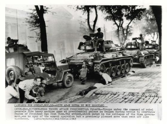 Binh sĩ phe đảo chánh đang nả đại liên vào Dinh Gia Long, nơi tạm thời là dinh tổng thống vì Dinh Độc Lập đã hư hỏng nặng sau vụ đảo chánh hụt 1962.
