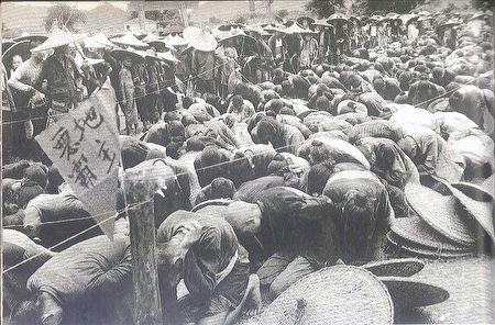 """Mục đích của phong trào trấn áp phần tử """"phản cách mạng"""" để củng cố chính quyền mới. Trong hình là các """"địa chủ"""" bị thanh trừng vào năm 1951 (National Archives)."""