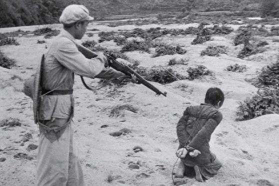 """Năm 1953, tại Phụ Khang – Tân Cương, quân sĩ của ĐCSTQ hành quyết """"địa chủ"""" và """"phần tử phản cách mạng"""" (National Archives)."""
