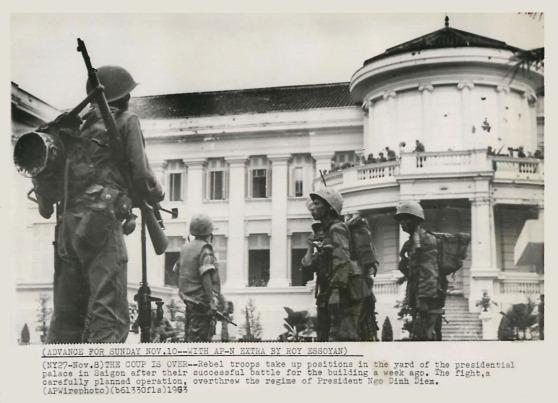 (8/11/1963) Cuộc đảo chánh kết thúc -- Binh sĩ đảo chánh trấn giữ các vị trí trong sân Dinh Gia Long tại Saigon sau khi họ chiếm được dinh này một tuần trước đây. Trận tấn công được hoạch định kỹ lưỡng đã lật đổ chế độ của TT Ngô đình Diệm. (AP Wirephoto)