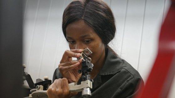 """Cô thợ mài kim cương Boipelo Mothoemang, """"Tôi là người trụ cột trong gia đình."""""""