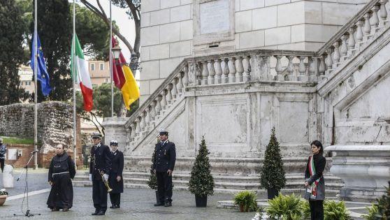 """""""Một phút mặc niệm các nạn nhân của dịch bệnh, những người mà chúng ta không thể tổ chức tang lễ cho họ"""". Tưởng niệm ở Rome."""