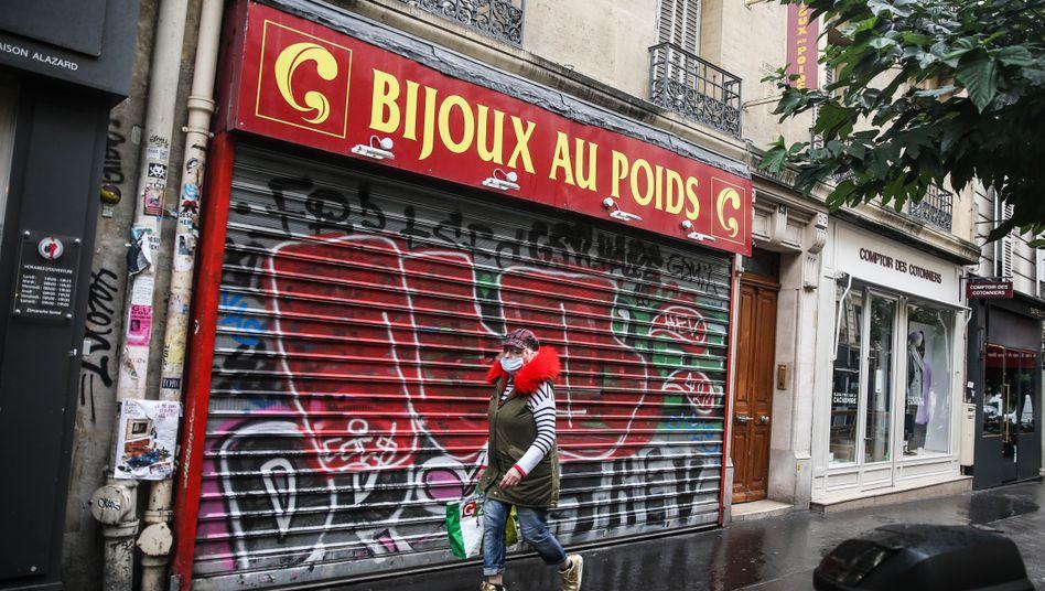 Chú thích hình: Các cửa hàng đóng cửa ở Paris. Tình hình sẽ tiếp tục khó khăn thêm nhiều tháng nữa.