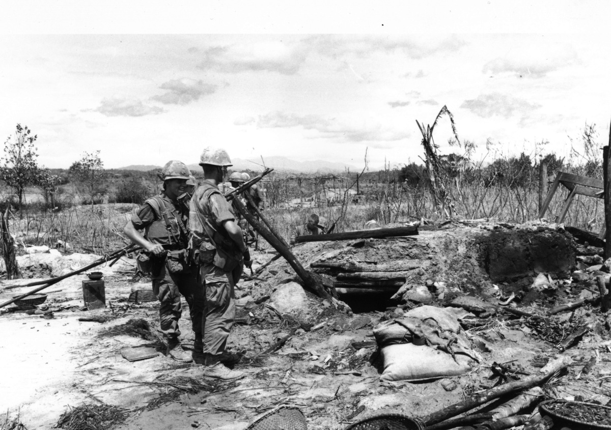 Chiến dịch Hickory: Lính của Tiểu đoàn 3, Trung đoàn 4 TQLC Mỹ đang đứng trước lô cốt của quân đội Bắc Việt. Ngày 18 tháng 5 năm 1967.