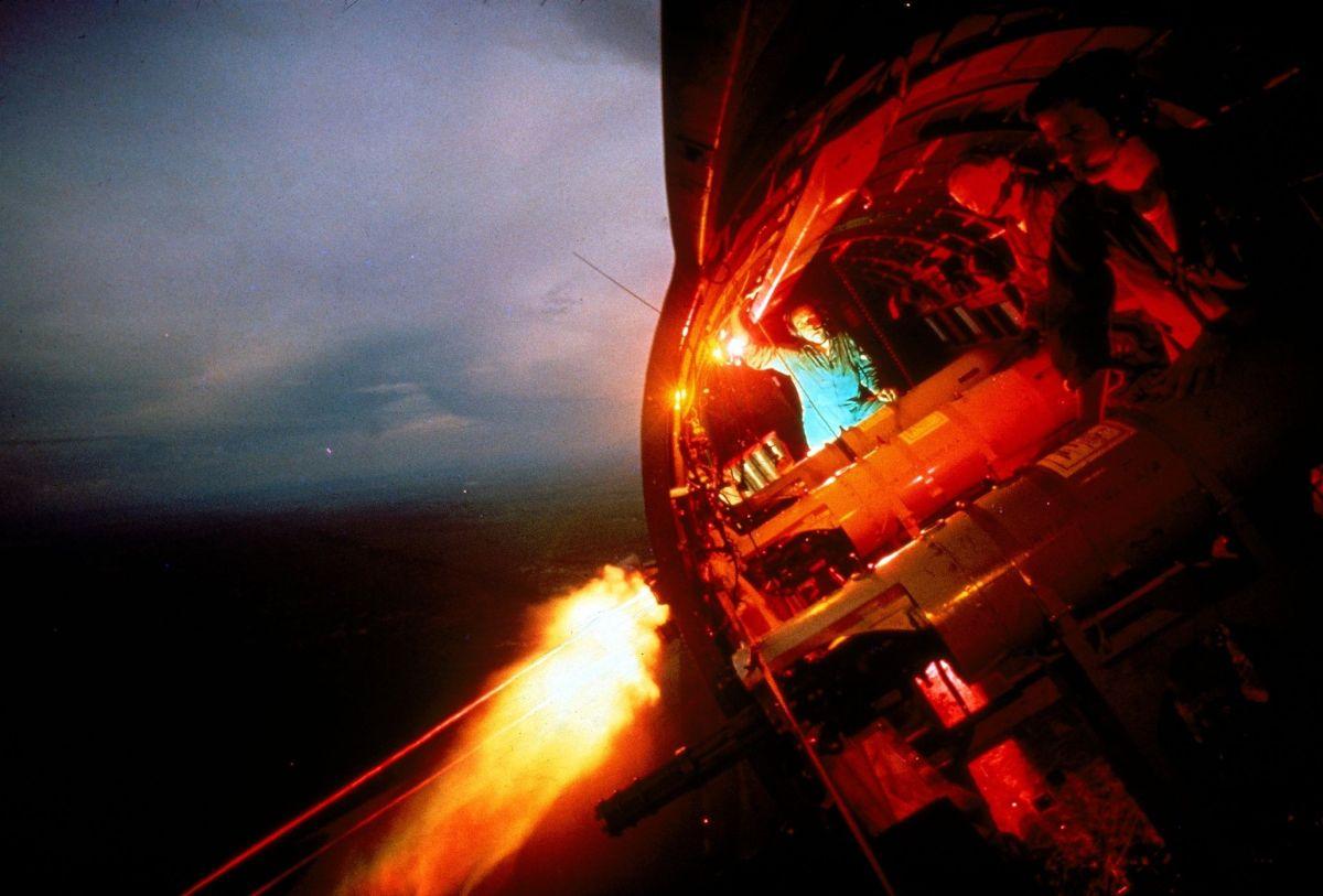 Chiếc Douglas AC-47 Spooky - Puff the Magic Dragon - đang bắn.