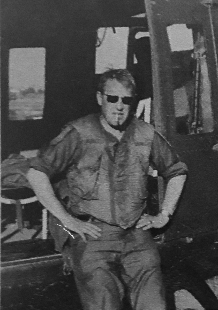 """Ông Helmut P. Müller là phóng viên trưởng (Chefreporter) của báo Westfälische Nachrichten (""""Tin tức Westfalen"""") ở Đức. Ông đã có mặt tại nhiều nơi ở Việt Nam, từ đồng bằng sông Cửu Long, biên giới với Campuchia cho tới các tỉnh miền Trung Việt Nam. Bức ảnh chụp ông trong một chuyến bay trên chiếc máy bay trực thăng ở Việt Nam."""