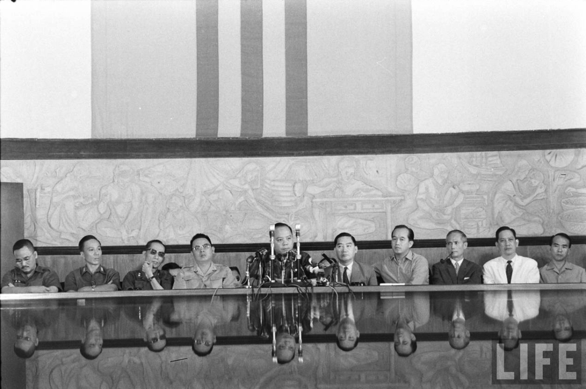 """Chỉ vài tháng sau đảo chánh 1-11-1963, tướng Nguyễn Khánh đã """"lật đổ"""" tướng Dương Văn Minh để lên nắm quyền"""